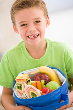 201608-Child-eating-healthy-drmstime
