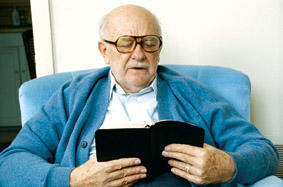 0602elderly_man_reading